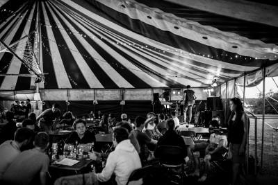 tijdens de chiro-ksa bierfeesten zijn de mensen aan het genieten van live muziek