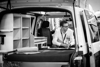 de verkopers van Dicar adviseren bezoekers over de aankoop van een motorhome