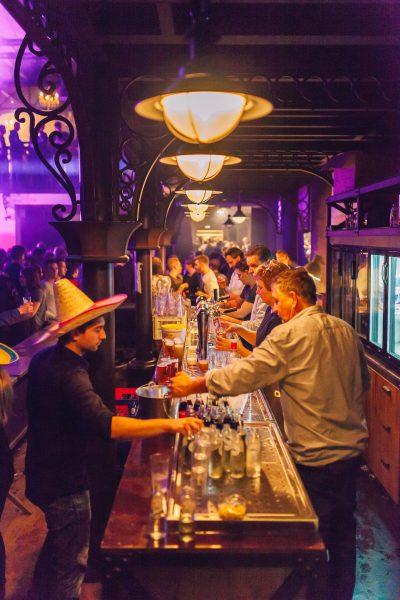 de bar is druk bezig met het bedienen van feestvierders