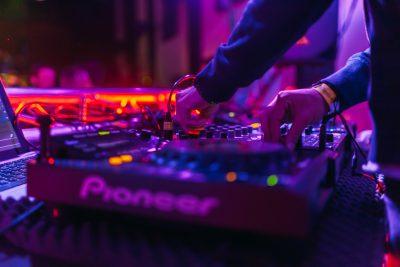DJ mixed nummers live op zijn mengpaneel