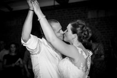 het koppel geeft hun eerste dans als man & vrouw