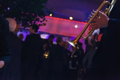 live sfeermuziek van een trompetist op een bedrijfsfeest