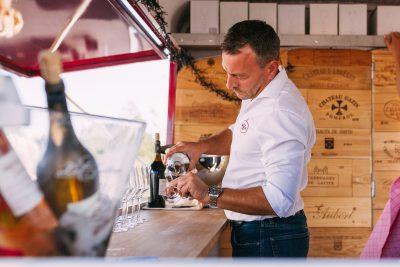 frisse wijn wordt ingegoten op een warme dag vanuit een foodtruck