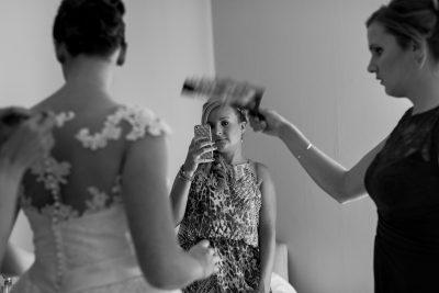 de bruidsmeid neemt een foto van de bruid vooralleer de bruid haar te zien krijgt